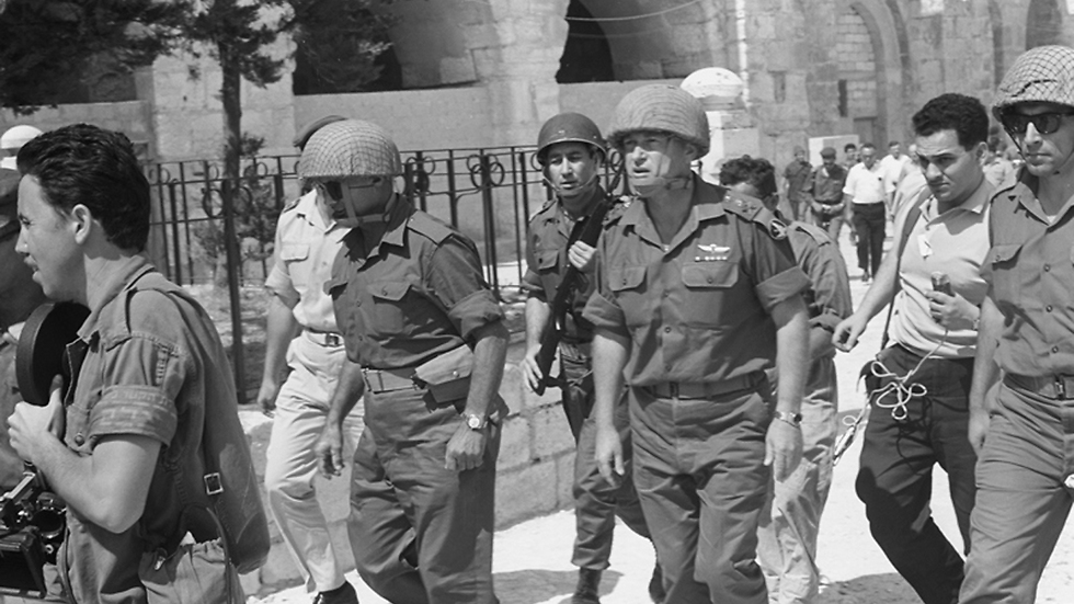 Yitzhak Rabin and Moshe Dayan in Jerusalem (Photo: IDF Archieves in the Ministry of Defense and Bamachane)