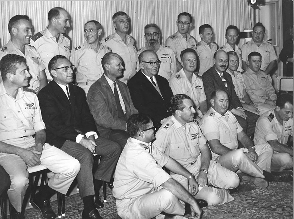 The IDF chiefs following the Six Day War with Prime Minister Levy Eshkol (Photo: IDF Archieves in the Ministry of Defense and Bamachane)