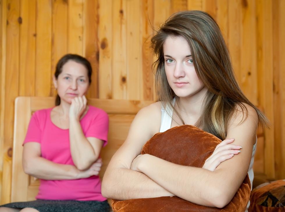 """""""לעיתים האישה לא מפסיקה לשמוע את קול האם מהדהד בראשה"""" (צילום: Shutterstock)"""