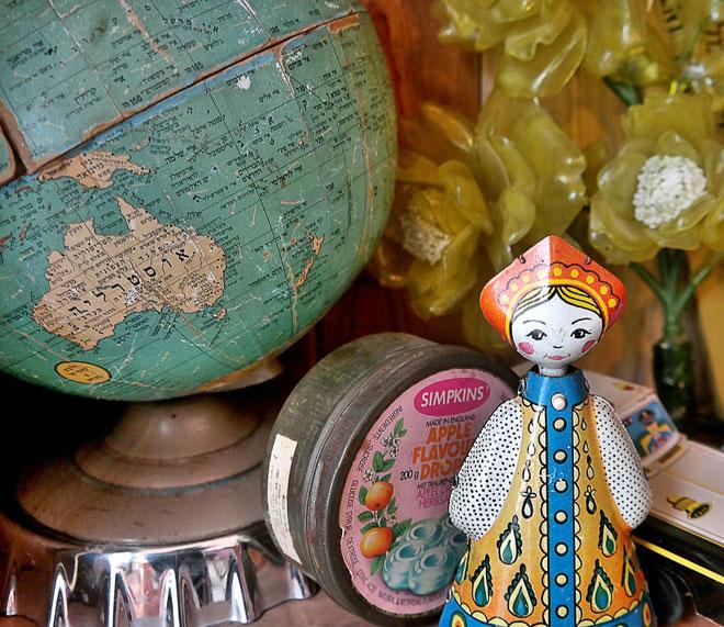 גלובוס של אמה שמוצב כעת בארון הוויטירינה בסלון ביתה (צילום: נגה שנער-שויער)