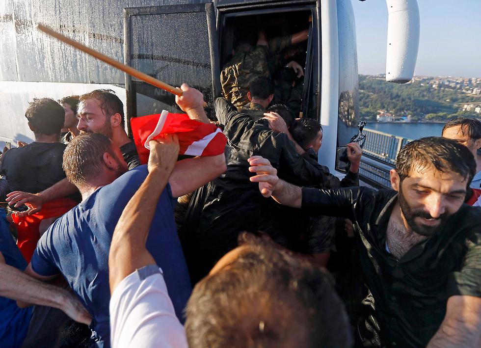 אזרחים טורקים מנסים להכות חיילים שנכנעו (צילום: רויטרס)