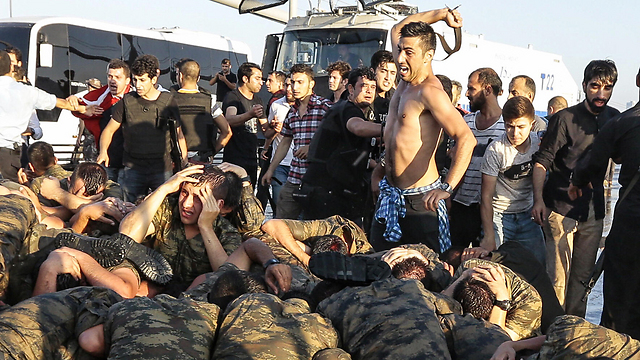 אזרחים מכים את החיילים שנכנעו (צילום: gettyimages)