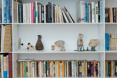 הספרייה. בין הספרים ניצבים פריטים ארכיאולוגיים שכמעט הושלכו (צילום: גדעון לוין)