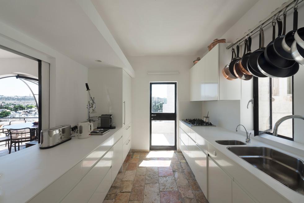 המטבח, הסלון, פינת האוכל והמרפסת נמצאים בקומה העליונה, שלא הייתה בחורבה המקורית. הפרופיל הבלגי לא היה בבתים הללו לפני שספדיה התחיל את הטרנד (צילום: גדעון לוין)