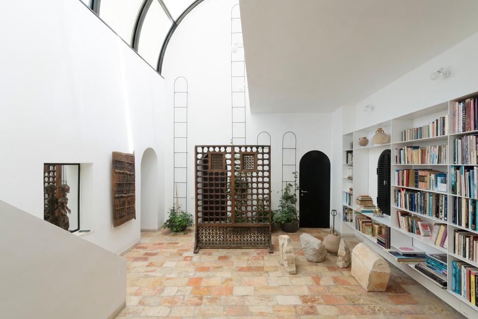 קומת הכניסה. אין פה אבן ירושלמית (להבדיל מפרויקטים ציבוריים שלו, כמו נתב''ג או מתחם ממילא) (צילום: גדעון לוין)