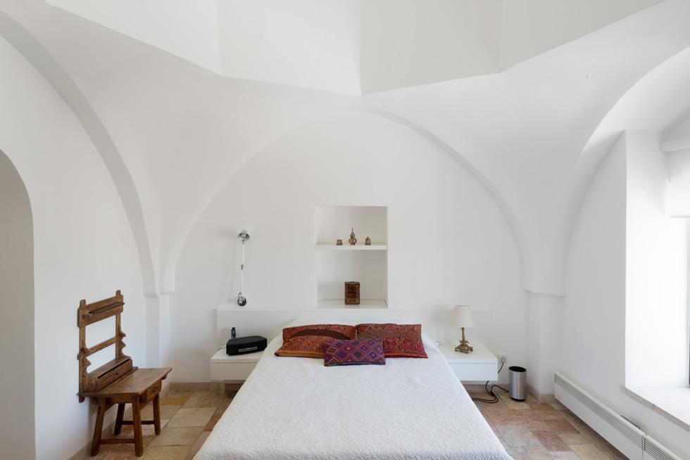 חדר השינה. גילו הוותיק של המבנה מחייב שיפוץ מדי 15 שנים (צילום: גדעון לוין)