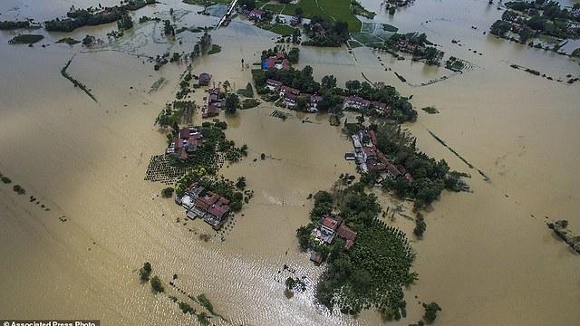 נזק לכ-18 אלף בתים. השיטפונות בסין (צילום: AP)