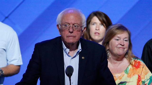 גורמים במפלגה הדמוקרטית ניסו להכפיש את שמו. סנדרס (צילום: EPA)