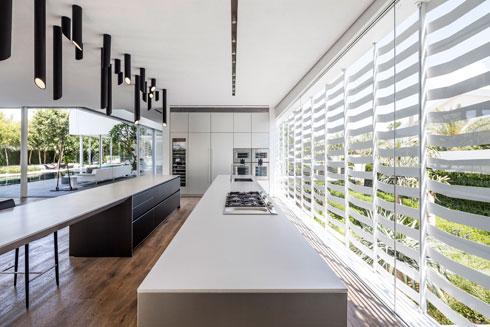 מבט מהמטבח מקיף את החצר (צילום: עמית גרון)