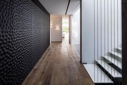 קומת המרתף, עם קיר עשיר בטקסטורה (צילום: עמית גרון)