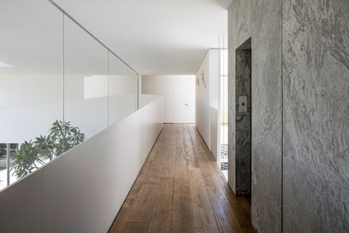 מסדרון הקומה העליונה (צילום: עמית גרון)