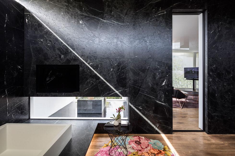 מבט מתוך חדר הרחצה ביחידת ההורים בקומה העליונה. בחדרים נעשה שימוש חופשי בחומרים שונים, מרקמים עשירים וצבעים (צילום: עמית גרון)