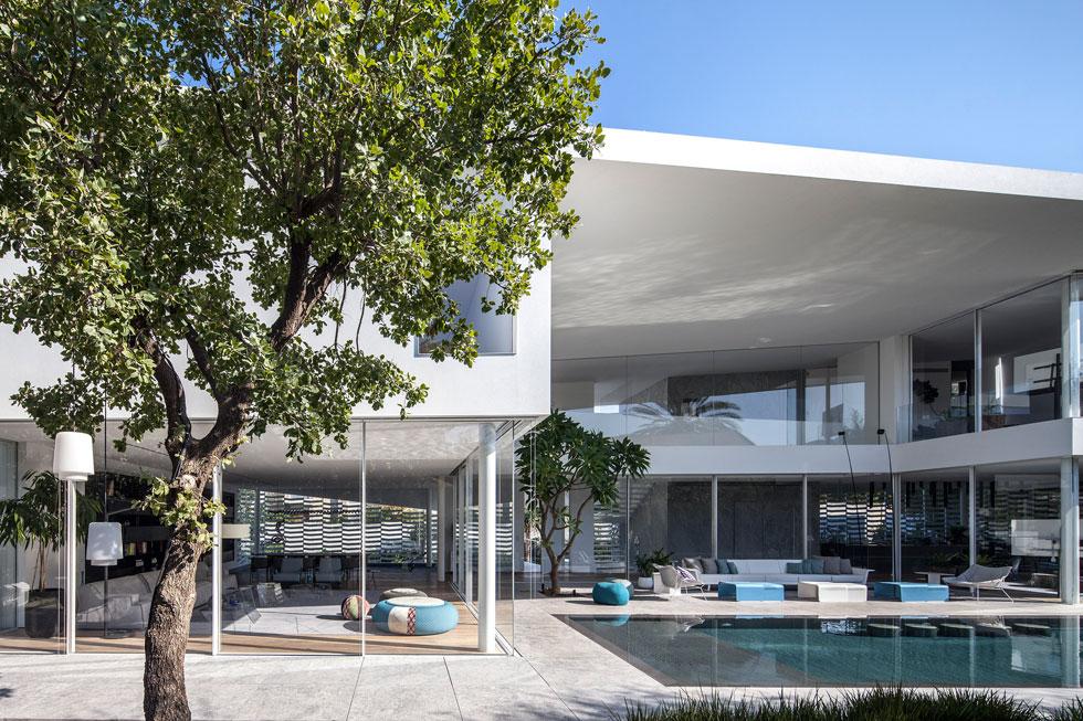 מראה הבית מכיוון החצר האחורית. אם המשפחה ביקשה לתכנן מבנה עם אמירה אדריכלית ייחודית (צילום: עמית גרון)