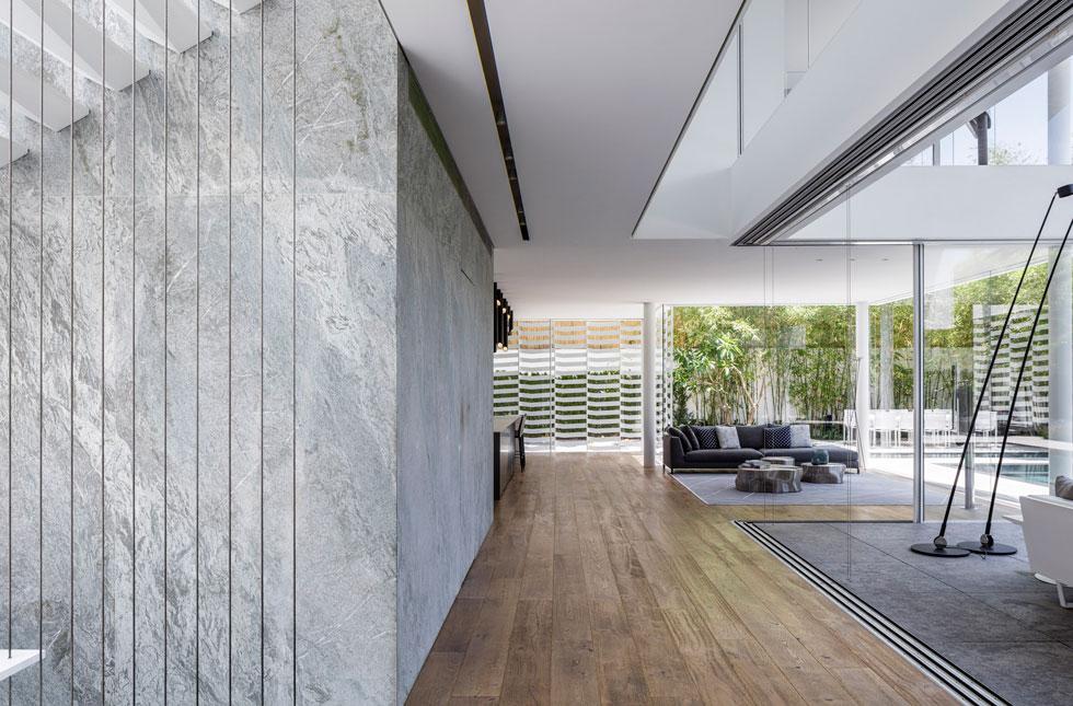 קוביית האבן כוללת דלת חבויה למעלית וכניסה לשירותים (צילום: עמית גרון)