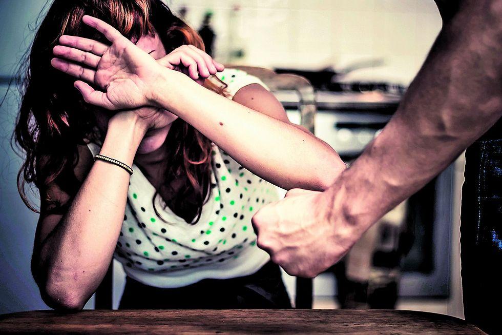 מבקשת שיעזרו לבעלה לצאת ממעגל האלימות (צילום: shutterstock)