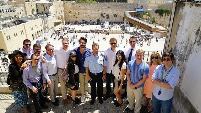 Students visit the Western Wall (Photo: Dvir Media)