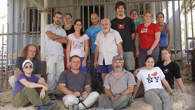 """חלק מצוות החוקרים במערה (צילום: באדיבות פרופ' רן ברקאי, אוניברסיטת ת""""א)"""