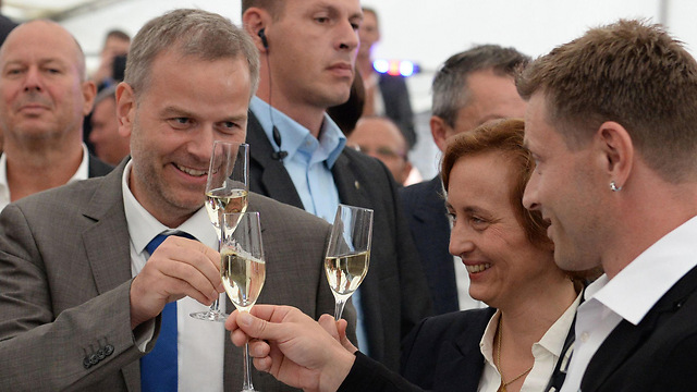Leif-Erik Holm (L) toasts his party's victory (Photo: AFP) (Photo: AFP)