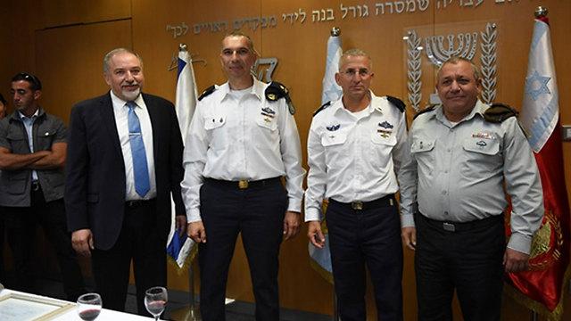 Rothberg with his replacement, Maj. Gen. Eli Sharvit, IDF Chief of Staff Gadi Eisenkot and Defense Minister Avigdor Lieberman (Photo: IDF Spokesperson's Office)