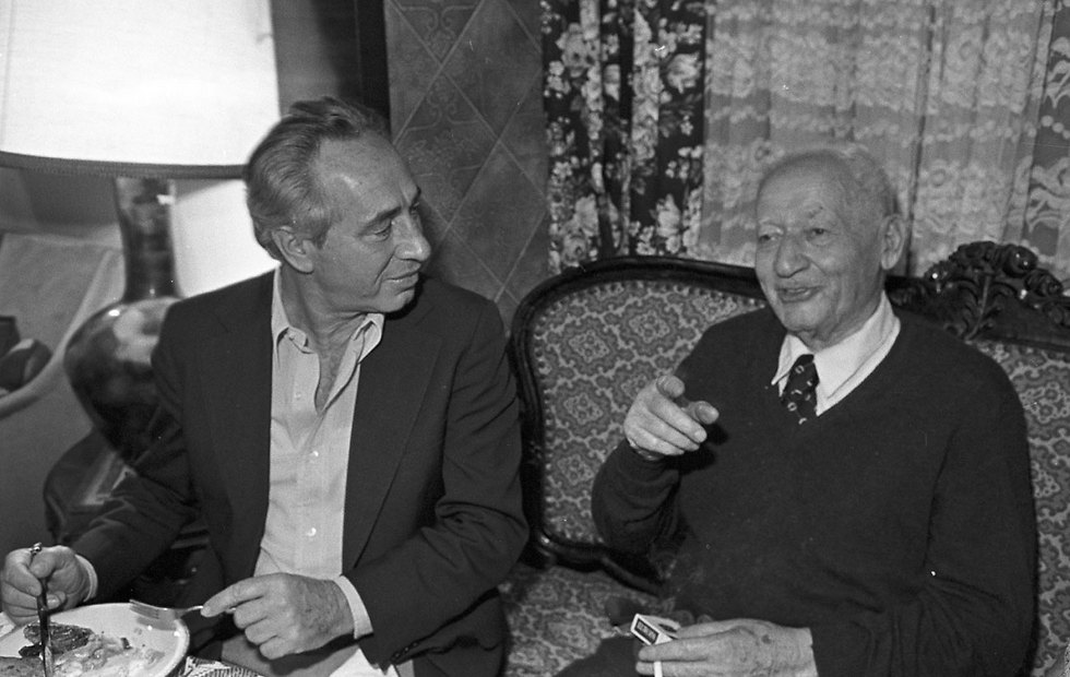 Peres with his father Yitzhak Perski in 1981 (Photo: David Rubinger)