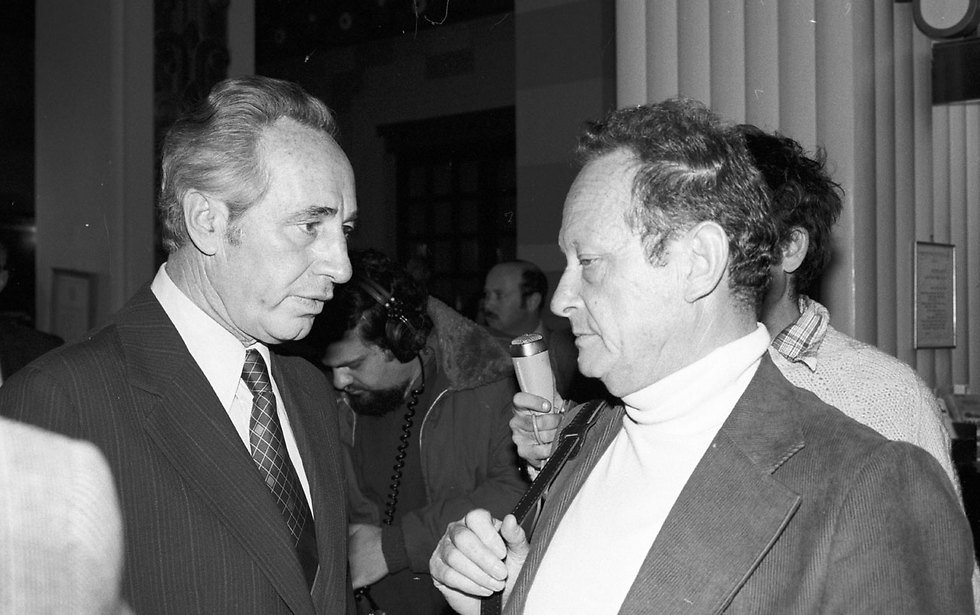 Peres meets with fellow Alignment member Yigal Allon in 1978 (Photo: David Rubinger)