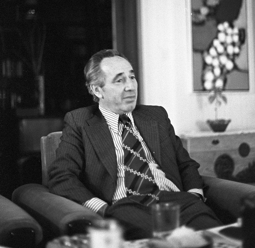 Peres at home in 1977 (Photo: David Rubinger)