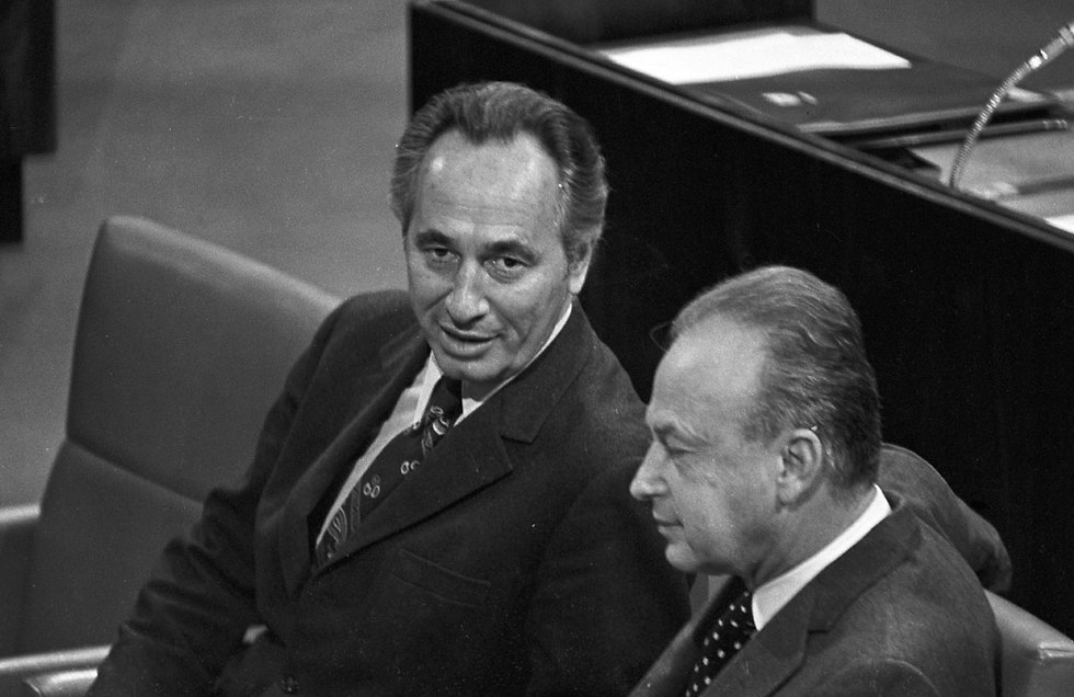 Peres with Yitzhak Rabin at the Knesset in 1986 (Photo: David Rubinger)