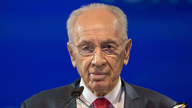 As Peres's condition deteriorates, his family comes to visit one last time
