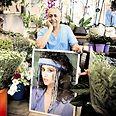יאיר חזה ותמונת אחותו צילום: קובי קואנקס