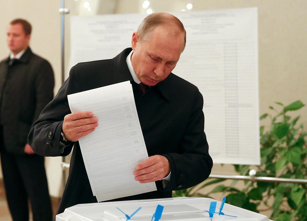Путин голосует. Фото: АР