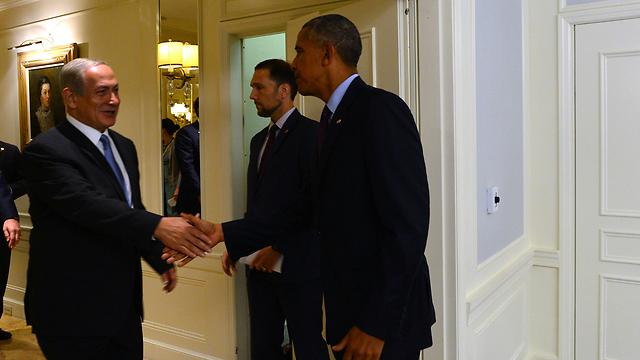 L: Netanyahu and Obama shaking hands (Photo: Kobi Gideon, GPO)