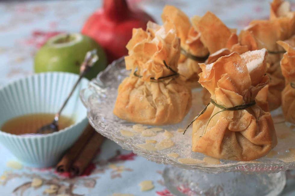 שקיקי פסטייה עם עוף, שקדים וצימוקים (צילום: אורלי חרמש)