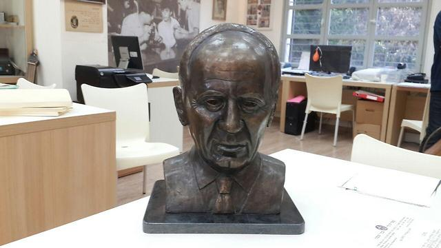 Sculpture of Peres in Ben Shemen (Photo: Assaf Kamar)