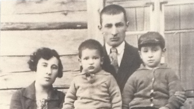 Shimon Perski (R) with his parents and brother in Vishnyeva (Photo: Batya Dori)