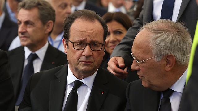 French President Hollande, with former French President Nicolas Sarkozy behind him (Photo: Gil Yohanan)