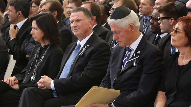 Former US President Clinton sits next to Peres's daughter, Dr. Tsvia Walden, and Knesset Speaker Edelstein (Photo: Gil Yohanan)