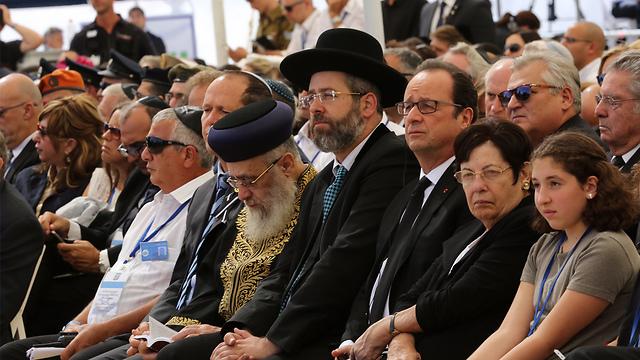 Supreme Court President Miriam Naor sitting next to French President Hollande. Israel's two chief rabbis, David Lau and Yitzhak Yosef, center, sitting next to Jerusalem Mayor Barkat (Photo: Gil Yohanan)