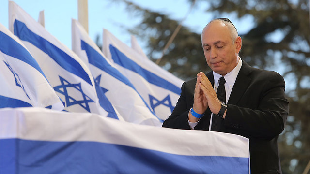 Chemi Peres at his father's casket (Photo: Gil Yohanan)
