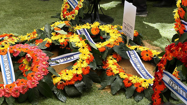 Wreaths laid on Peres's grave (Photo: AP)