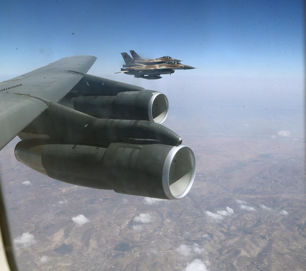 Aerial refueling. (Photo: Gadi Kabalo)