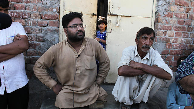 Neighbors of Mubeen Rajhu, who killed his sister Tasleem, talk about the murder in Lahore (Photo: AP)