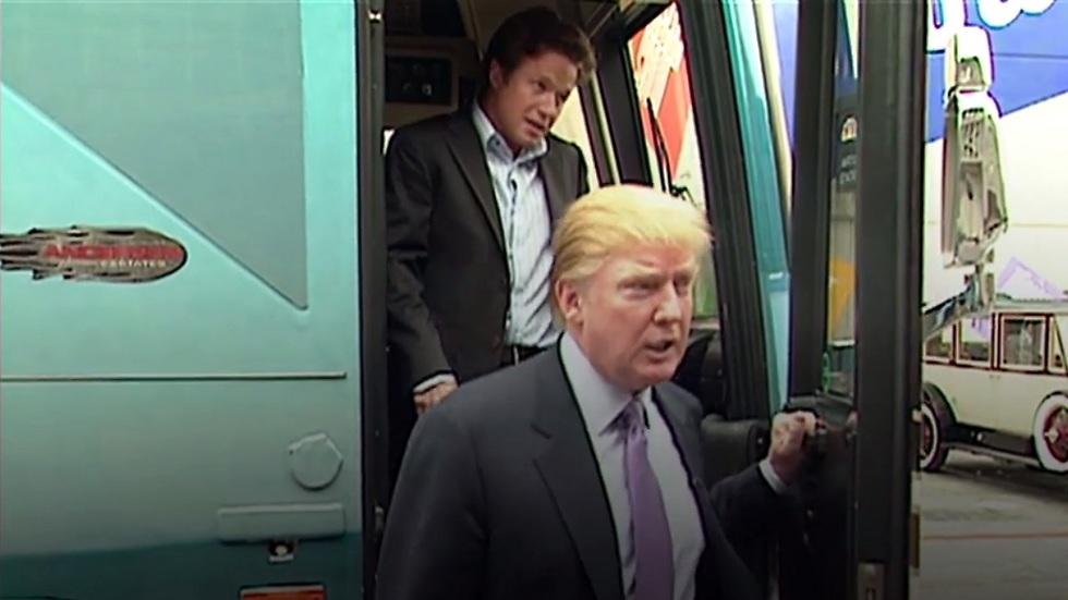 """""""כשאתה כוכב הן נותנות לך לעשות הכל"""". טראמפ ובילי בוש בסרטון שפורסם (צילום מסך)"""