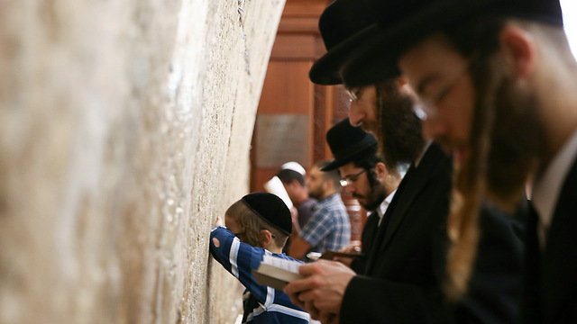 Gathering to pray at the Western Wall (Photo: Ohad Zwigenberg)