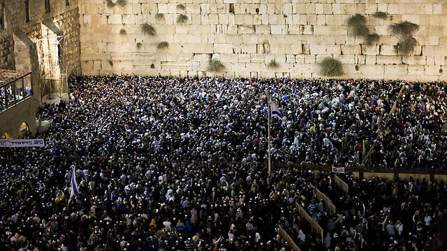 Paying at the Western Wall during 'Slihot' (Photo: EPA)