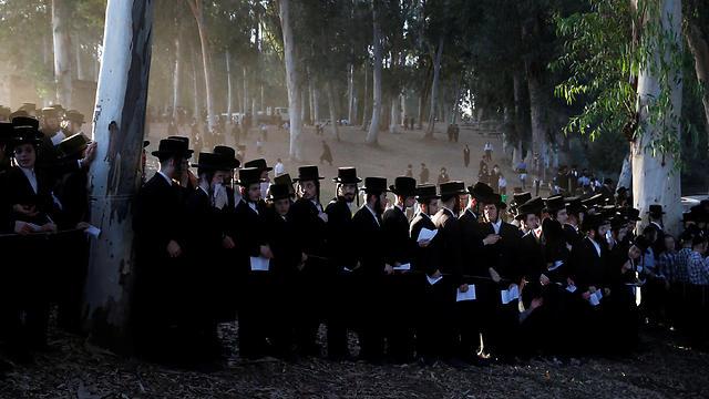 Ultra-orthodox men gather for the Rosh Hashanah ritual of 'Tashlich' at the Yarkon River in Petah Tikvah (Photo: Reuters) (Photo: Reuters)