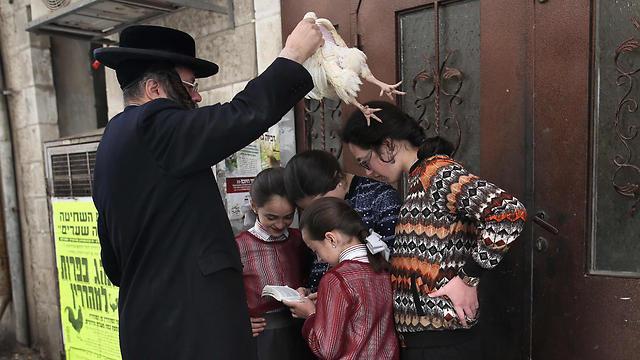 Performing the atonement ritual of 'Kapparot' in Jerusalem (Photo: AFP) (Photo: AFP)