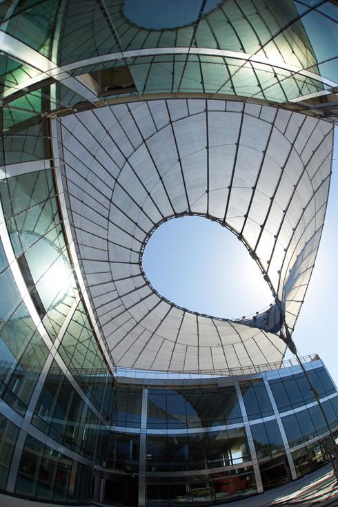 האוהל כבר נפרש. הצל שהוא מעניק איפשר לפתוח חלונות גדולים בבניין, מבלי לחשוש ממכת שמש (צילום: ארדון בר חמא)