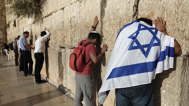 Jews pray at the Western Wall (Photo: AFP) (Photo: AFP)