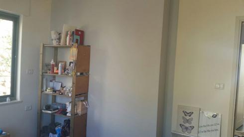 שידה פתוחה פינתה את מקומה לשידת מגירות סגורה וצבעונית (צילום: הילה מגריל)