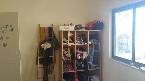 הכוורת וסולם הבמבוק שימשו לאחסון הבגדים (צילום: הילה מגריל)